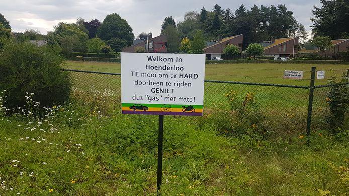 Dorpsraad Hoenderloo hoopt dat de ludieke borden het gewenste effect hebben.