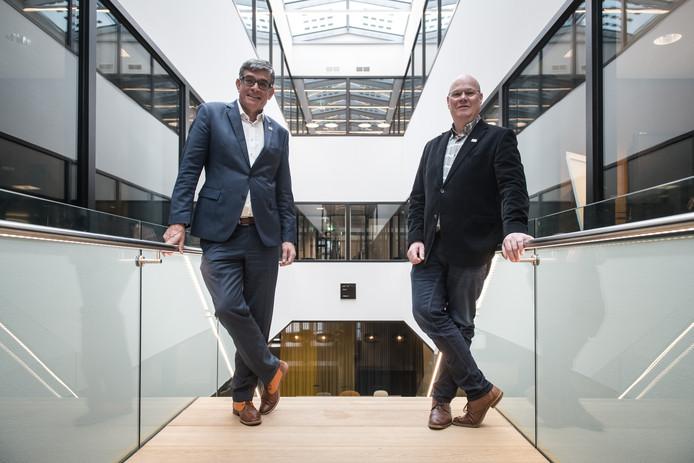 Paul Loermans (links) en Twan van Bronckhorst van Kernachtig Wijchen op de trap in het Huis van de Gemeente.