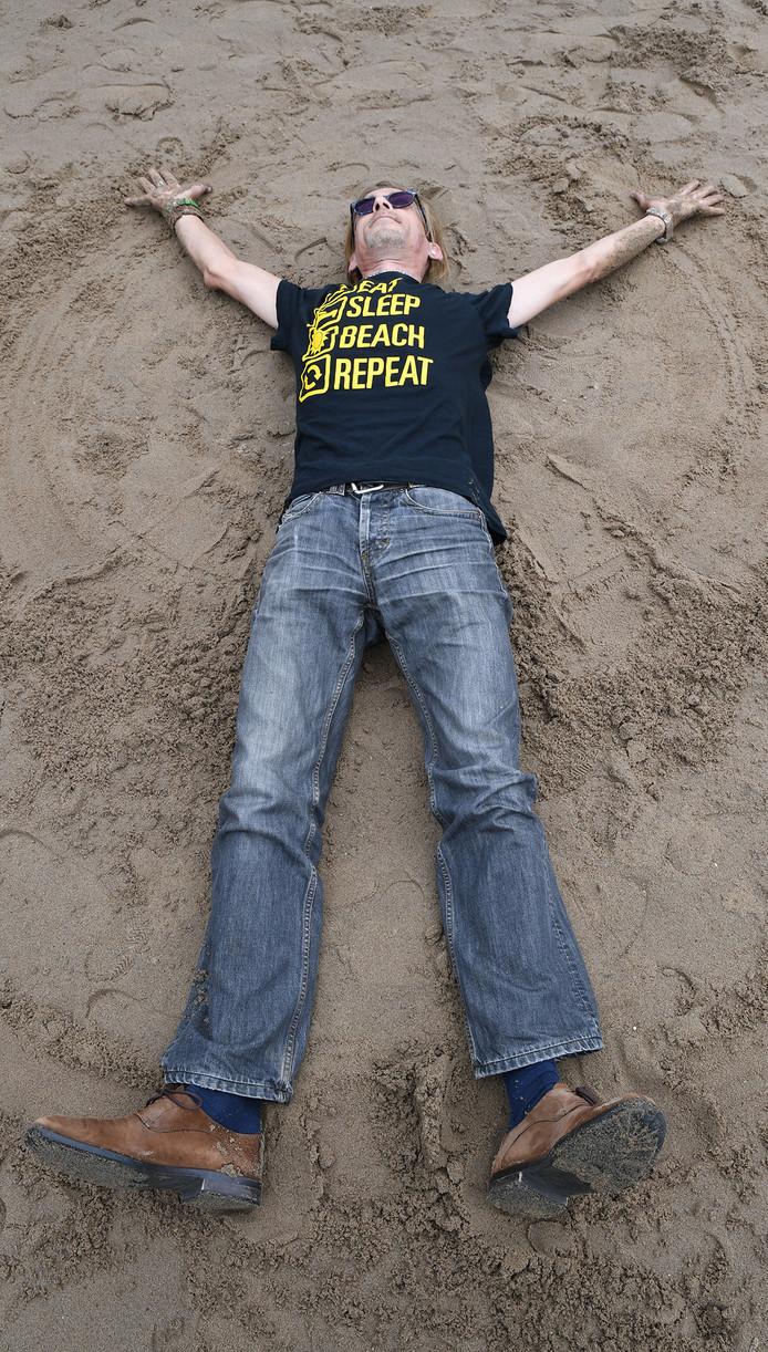 Thierry Gulickx op stadsstrand Belcrum Beach in Breda waar hij in de zomermaanden vrijwilliger is..