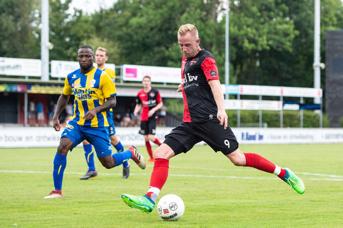 Sjoerd Ars (rechts) haalt uit voor De Treffers in het oefenduel met TOP Oss.