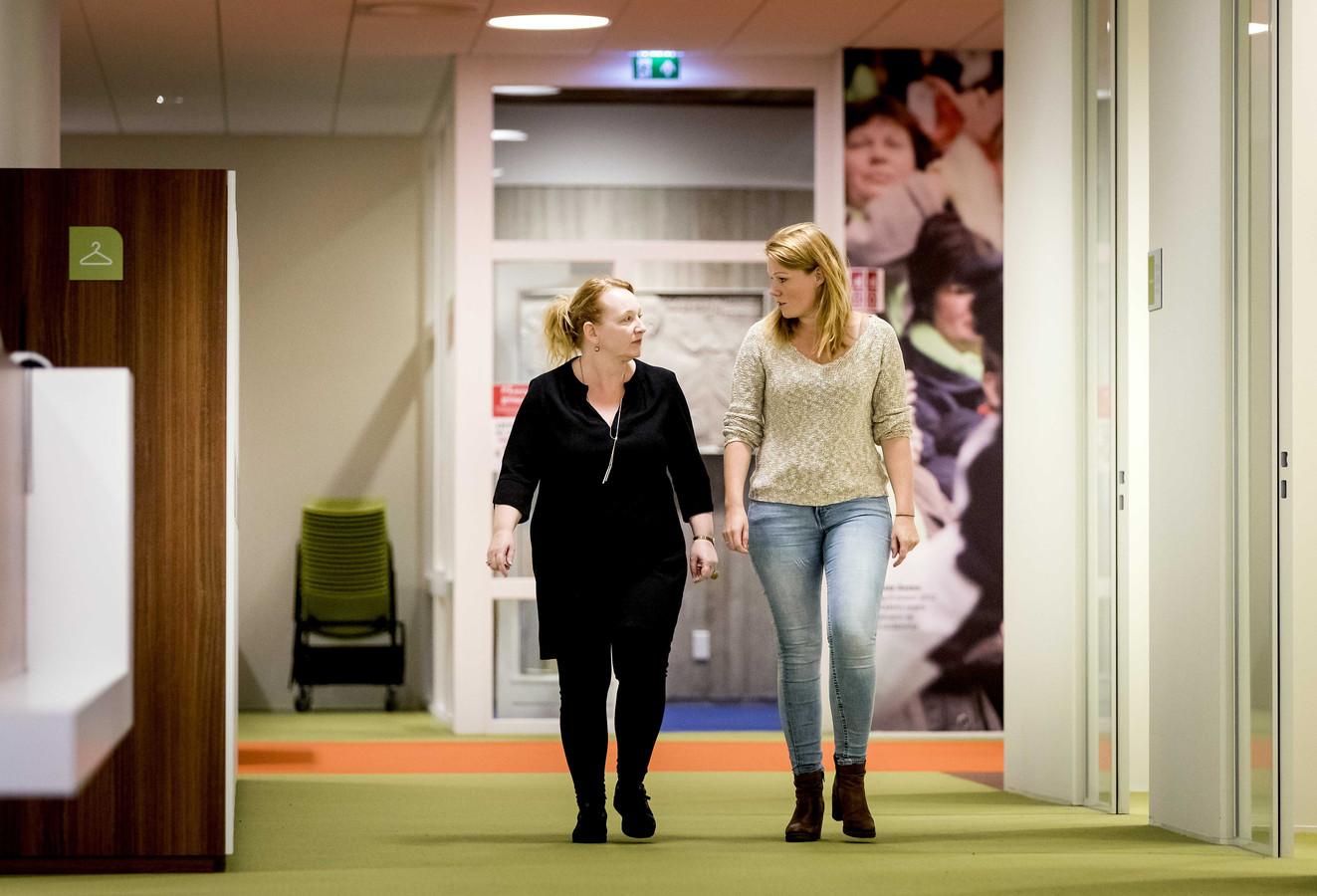 Eugenie Stolk (links) na afloop van het overleg van onderwijsvakbond AOb.