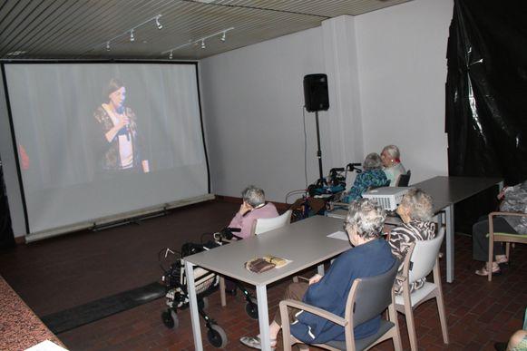Bewoners van een rusthuis kijken op groot scherm naar een show. (Archieffoto.)