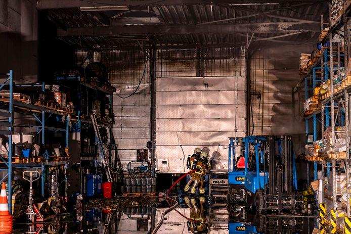 De brandweer in actie op het industrieterrein.