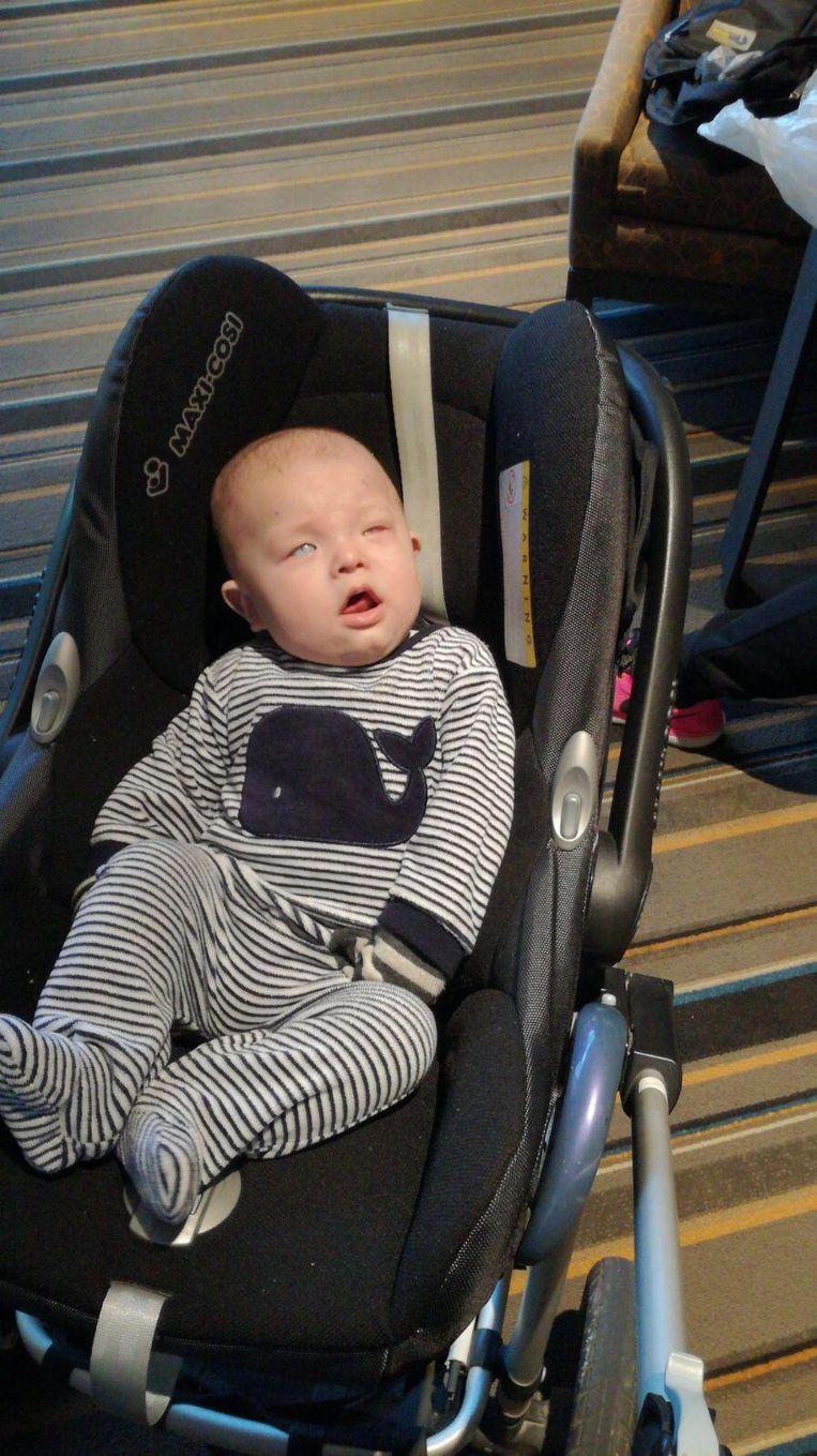 Baby Miguel werd geboren met ondoorzichtig hoornvlies. Na een geslaagde operatie in de VS dinsdag kon hij voor de eerste keer in zijn leven zien.