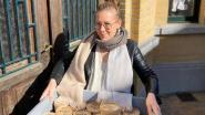 Starter Deirdre deelt gratis verse soep uit aan onthaalouders en juffen in Gavere