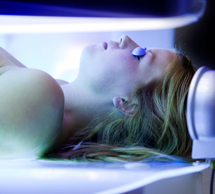 Als er eenmaal huidkanker is laten mensen het volgens experts wel uit hun hoofd om nog onder de zonnebank te gaan, maar dan is de schade al aangericht.