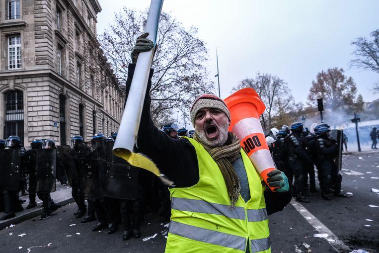 Voor het eerst sinds 1995 probeert Frankrijk het pensioenstelsel te herzien. In reactie daarop leggen de vakbonden sinds donderdag het land plat met stakingen en protesten. Beeld Joris van Gennip
