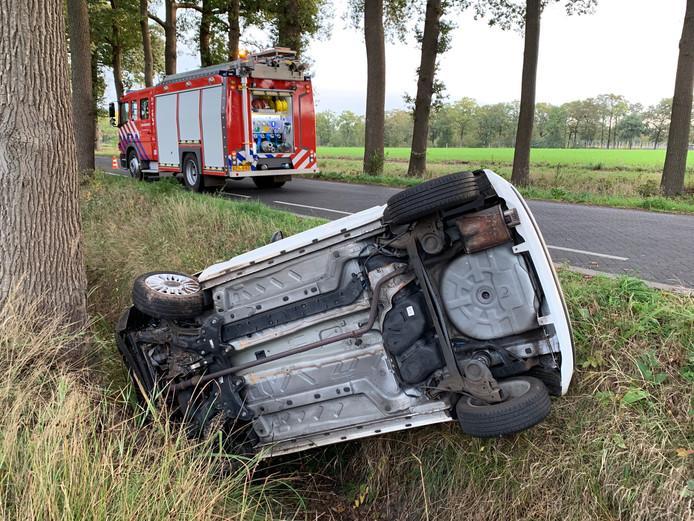 Auto op de kop in sloot in Heeswijk-Dinther.