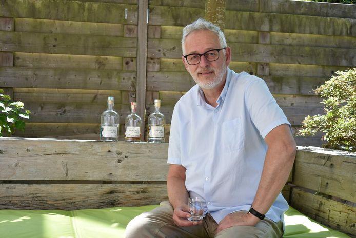 Nadat Benno in 2015 zijn baan verloor, wist hij niet wat hij wilde doen, tot hij een gin-tonic proefde tijdens een weekendje golfen in België. Nu heeft hij een eigen stokerij.