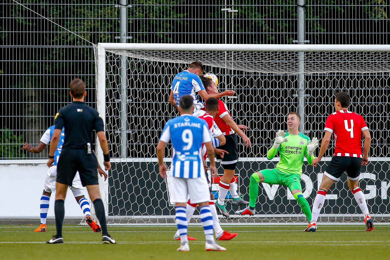Siebe van der Heyden kopt de 0-1 binnen.