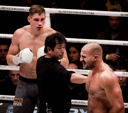 Beeld uit het duel tussen Verhoeven en Hari, waarin Hari al vroeg in het gevecht een spier in zijn onderarm scheurde.