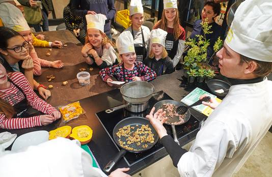 YouTuber Dylan Haegens kookt met leerlingen van groep 8 van basisschool 't Ven in Veghel.