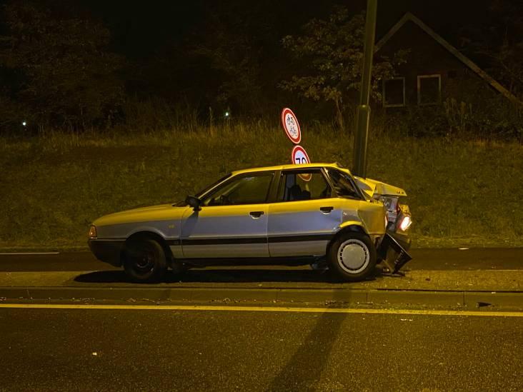 Automobilist botst achterstevoren op lichtmast in Schijndel