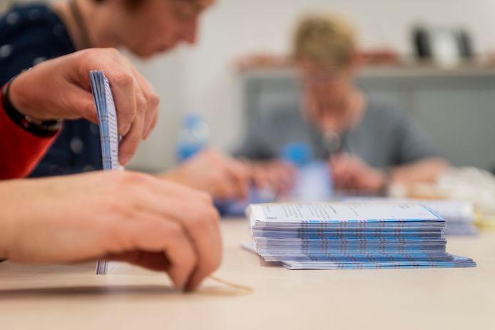 Stemmen tellen in Hof van Twente.