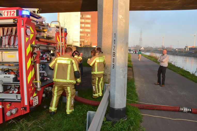 De brandweer putte dankbaar water uit het vlakbij gelegen kanaal Bossuit-Kortrijk.