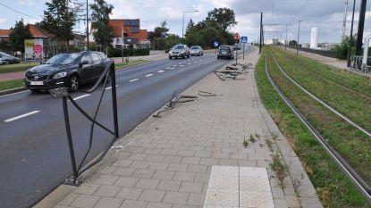 Trucker onder invloed beschadigt reling aan tramperron: twee voetgangers gewond