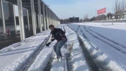 VIDEO. Snowboarder laat zich door auto voorttrekken aan Kortrijk Xpo