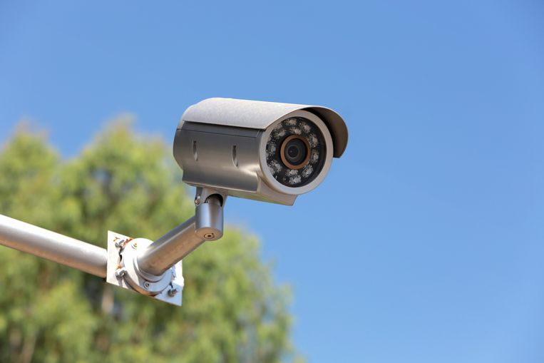 De eigenaars van alle 52.241 camerasystemen die bij de Privacycommissie bekend zijn moeten zich binnen de twee jaar (gratis) opnieuw registreren. Wie z'n camerasysteem niet aanmeldt, riskeert een boete tot 20.000 euro.