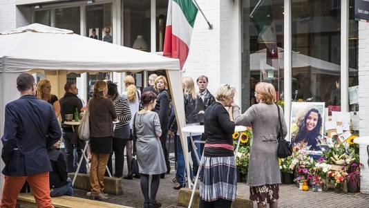 De herdenking voor Niki Lawalata bij haar eigen restaurant, in september 2013.