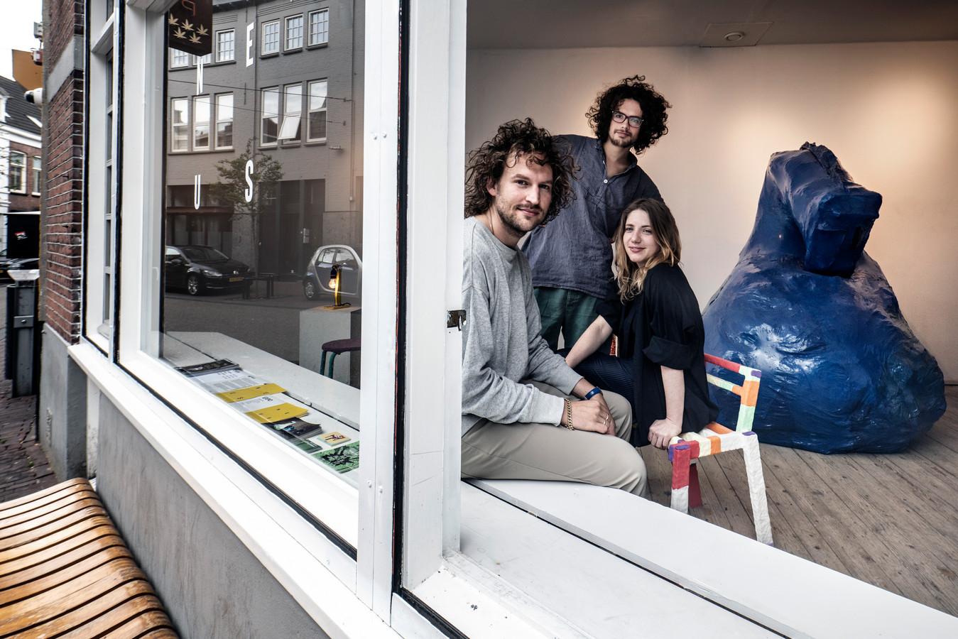 NEUS aan de Tweede Walstraat is een nieuwe ontmoetingsplek en galerie. Eigenaren Eli Walter, Jan Morales en Sophie Roumans hebben de plek eigenhandig opgebouwd binnen drie maanden.
