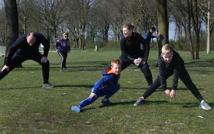 Het gezin Broekman uit Culemborg kan niet zonder sport. Nu alles stil ligt gaan ze als gezin samen sporten op zaterdagochtend op recreatieterrein De Meent in Beusichem.