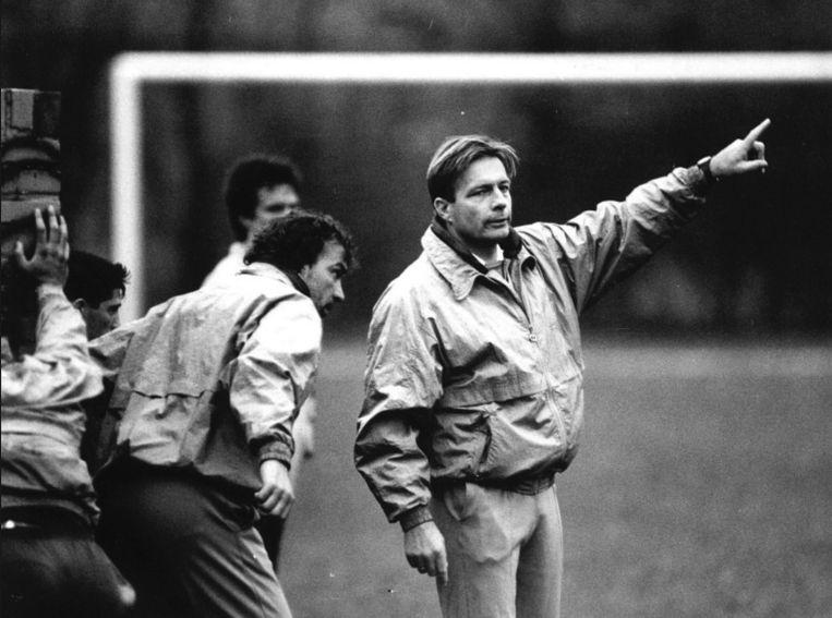 Co Adriaanse geeft aanwijzingen tijdens de training bij FC Den Haag in 1990 Beeld Henk Brands