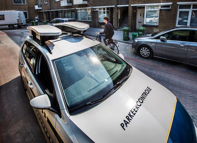 Een scanauto die parkeercontroles uitvoert in Den Haag.