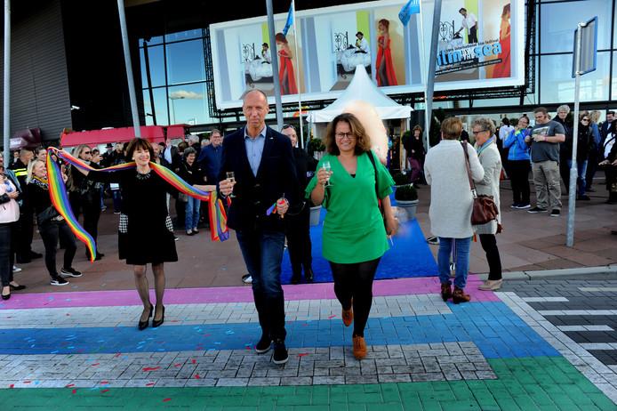 Wethouder Josephine Elliott en Martin Verbeem, voorzitter van LHBT Netwerk Zeeland, lopen over het zebrapad.