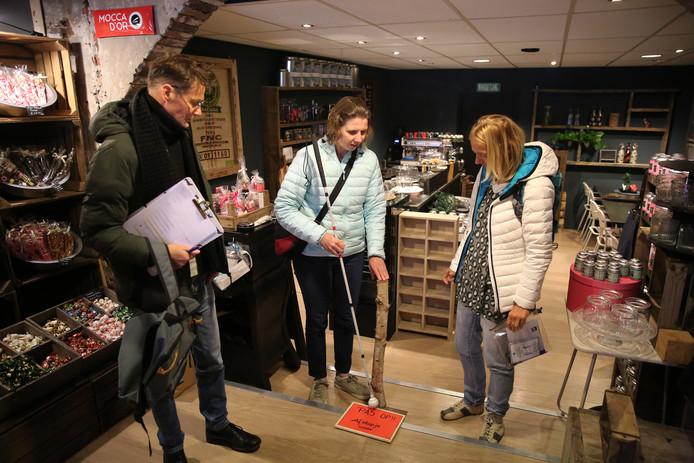 Samen met twee andere 'juryleden' inspecteert Anita Beenen (midden) het trapje in 'De Koning'.