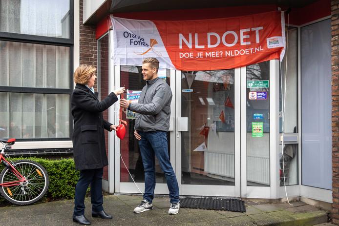 Wethouder Annebeth Evertz van de gemeente Kapelle draagt de sleutel van het dorpshuis van Schore over aan Daniël Visser (voorzitter Stichting Dorpshuis).