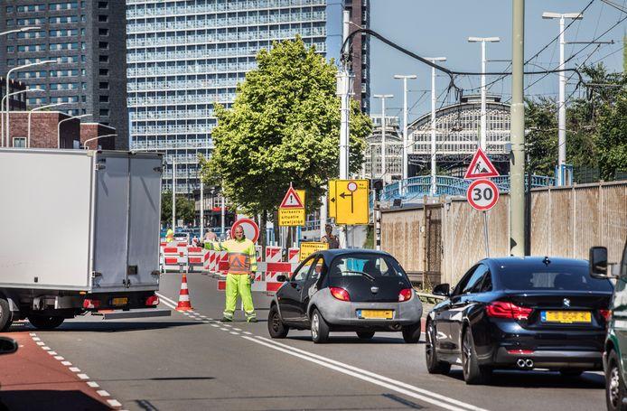 De Parallelweg en Hoefkade zijn afgesloten voor het verkeer, waardoor auto's niet meer van de Schilderswijk naar de Stationsbuurt kunnen rijden en andersom. Het gemeentebestuur gaat onderzoeken of dit op meer plekken in de stad kan.