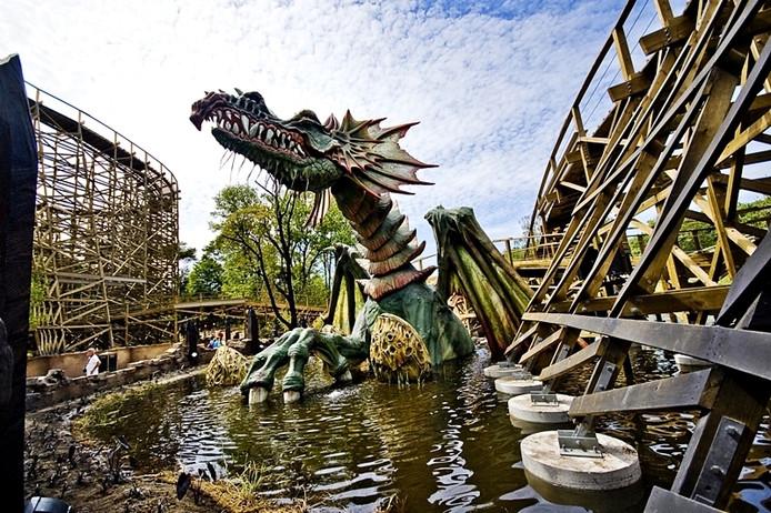 Vlak naast de dubbele rollercoaster zit draak Edna in het water.