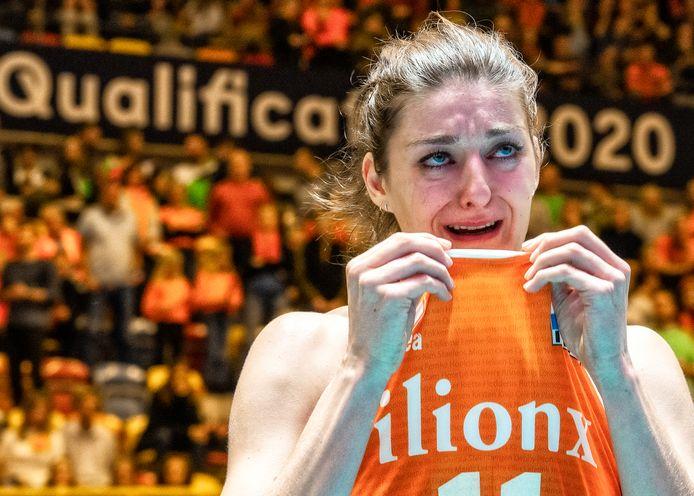 Anne Buijs is in tranen nadat de volleybalvrouwen plaatsing voor de Spelen zijn misgelopen