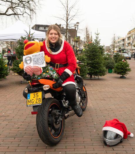 Kerstvrouw Britta (21) op de motor is een opvallende verschijning in Soest