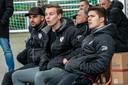 De 'bank' met geblesseerde spelers van Excelsior Zetten. Loay Saleh (enkel), Pepijn Mantel (kuit) en Antonie Tenback (knie) .