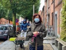 Bewoners en vrijwilligers breken stoep uit om plaats te maken voor tuinen