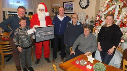 Leden Over De Kromme Brug krijgen cadeautje van kerstman