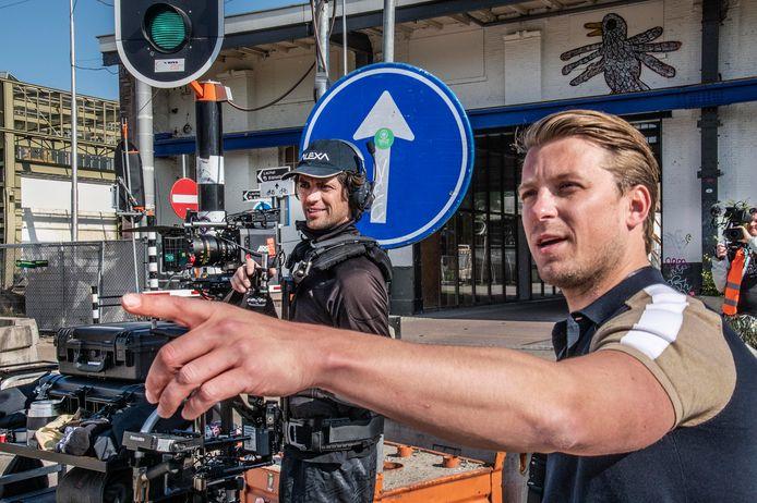 Ook de opnames waren een experiment: want hoe maak je een film in de anderhalve-metersamenleving? Filmproducer Bart Willemsen en steadycam-operator Erwan van Buuren aan het werk in de Spoorzone.