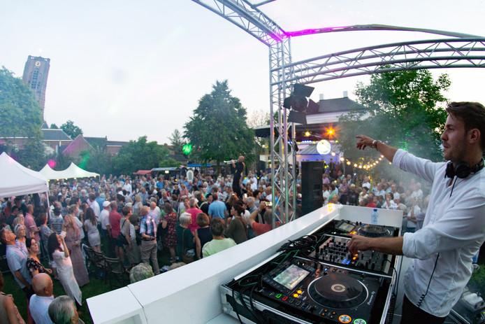 DJ Glen Dale bij het jubileum van Arti, zaterdagavond in Oirschot.
