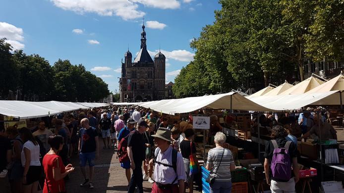 Deventer Boekenmarkt. Telefoonfoto