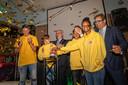 Burgemeester Charlie Aptroot, wethouder Iedema en vier leerlingen tijdens de  opening van de MAVO.