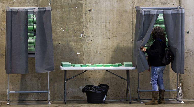 Een Spaanse kiezer afgelopen zondag in  Sevilla.  Beeld EPA
