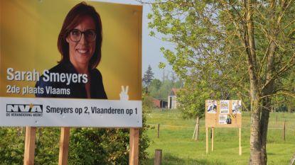"""Vlaams Belang-affiches in tuin schepen Gerda Van Steenberge (N-VA): """"Die hoek is de verantwoordelijkheid van mijn man"""""""