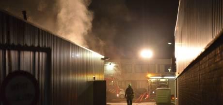 Veel rook bij uitslaande brand in loods van kaarsenfabriek in Breda
