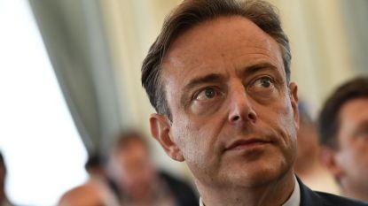 De Wever stelt voor om smartphone van sans-papiers in beslag te nemen