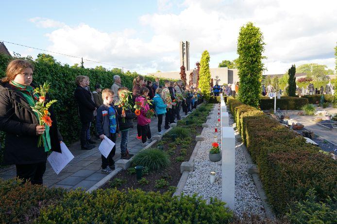 Na de dienst in de kerk volgt een ceremonie op het kerkhof, waar leden van Scouting Heesch bloemen leggen op de graven van de omgekomen soldaten.