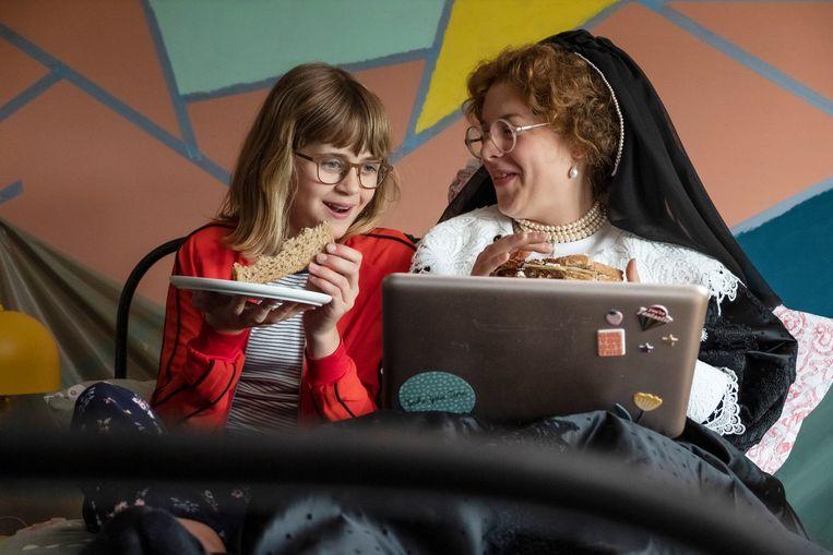 De twaalfjarige Jackie (Frouke Verheijde) ontfermt zich over Oopjen (Sarah Bannier) die op zoek is naar haar jongere zusje. Beeld Dinand van der Wal
