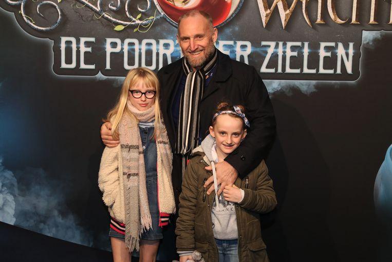 Jan Van Looveren met zijn dochters.