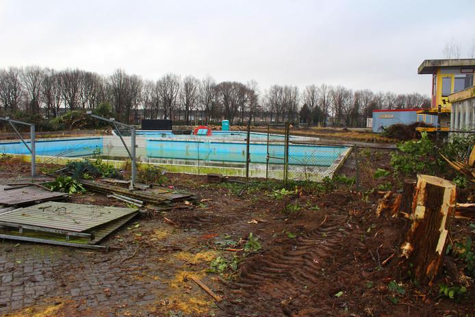 De oude fietsstalling is verdwenen, het voormalige buitenbad van de Banakker is voor even goed zichtbaar. Foto Herbert Kats