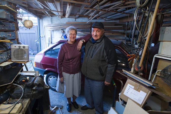 Noud en Annie Maas in de garage bij hun Lada.